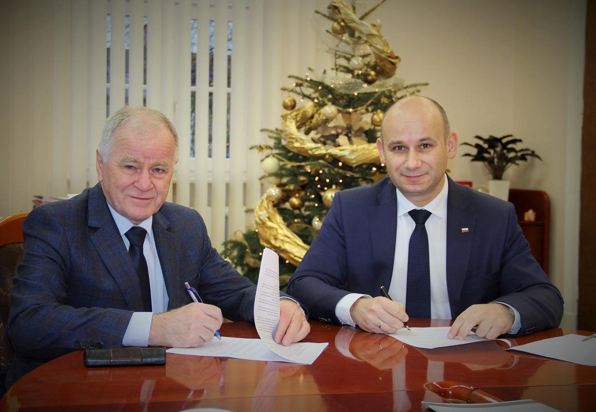 Zdjęcie prezydenta Marcina Witko oraz wójta Franciszka Szmigla z podpisania porozumienia