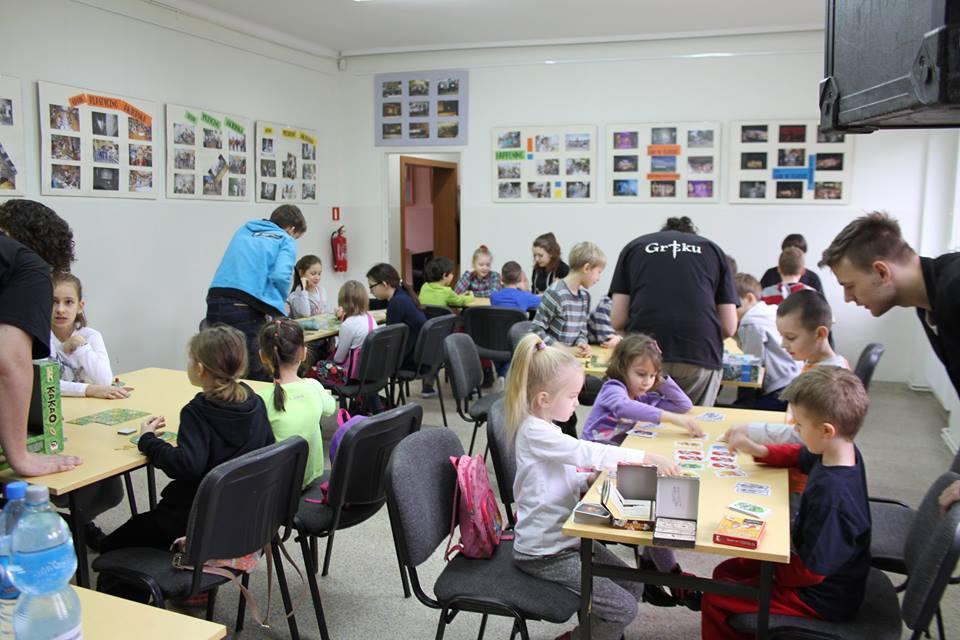 Zdjęcie dzieci uczestniczących w zajęciach feryjnych