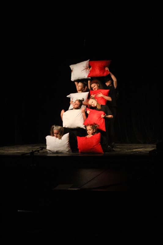 "Na zdjęciu grupa teatralna ""ULINKI"""