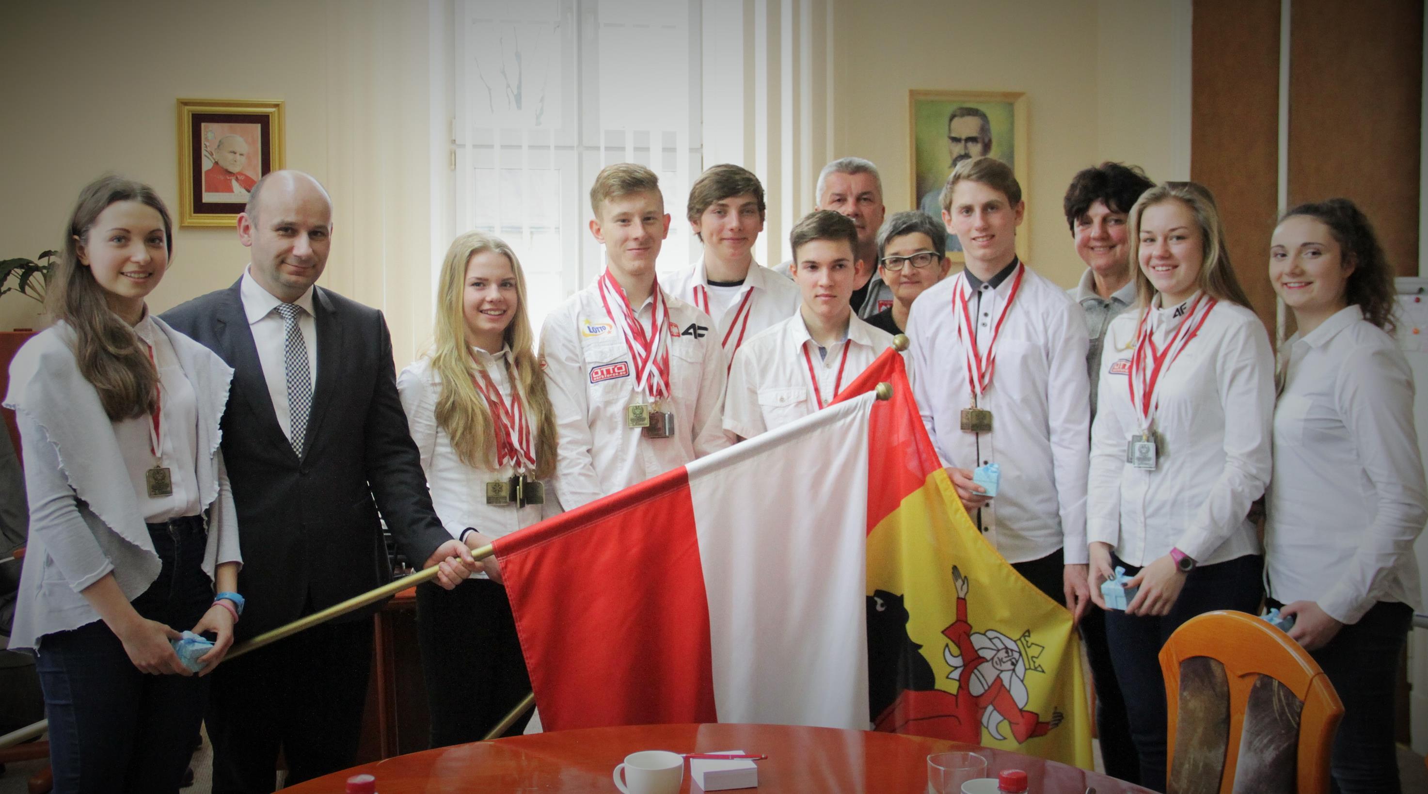 Na zdjęciu prezydent Marcin Witko z panczenistami