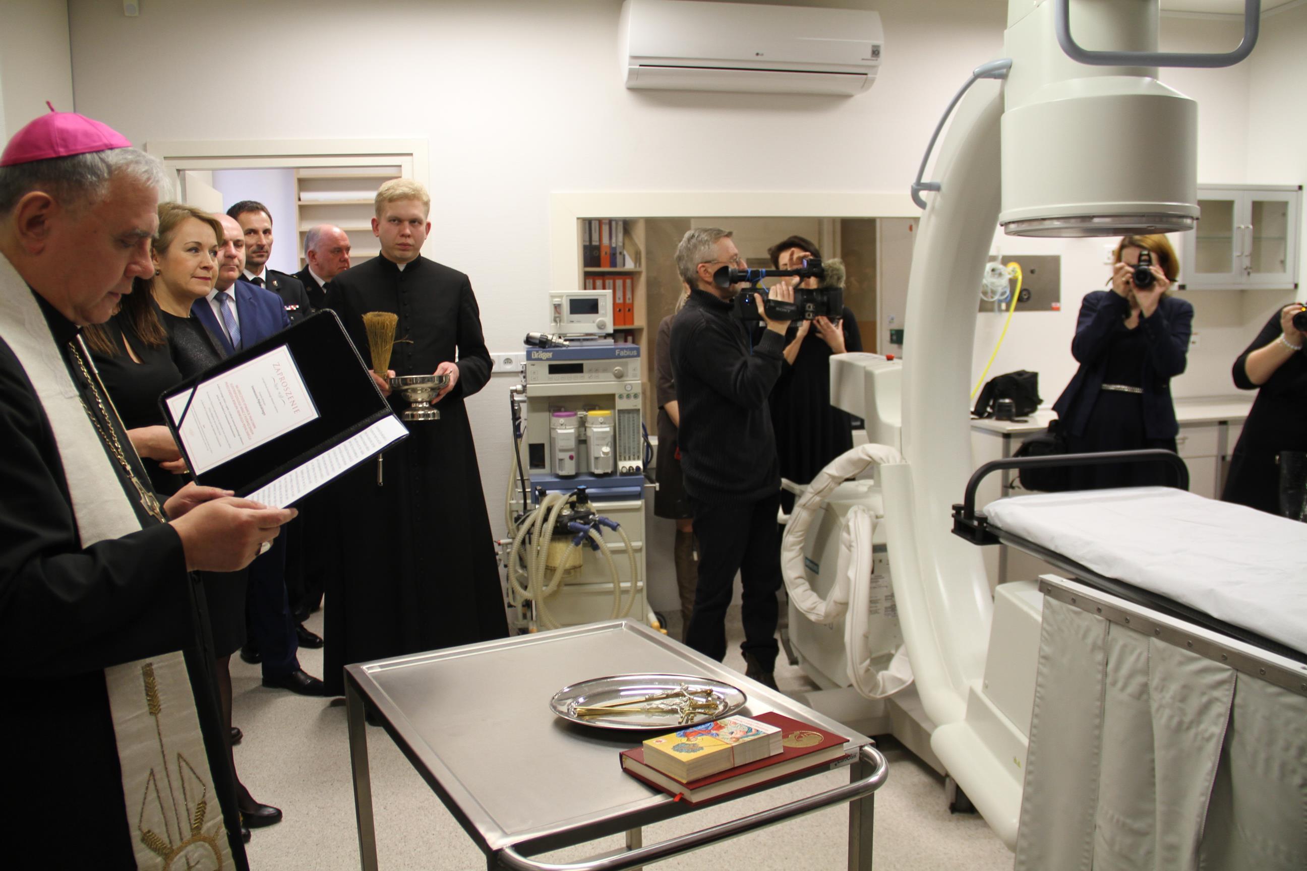 Na zdjęciu ks. Biskup Ireneusz Pęlalski w obecności władz samorządowych, pracowników placówki oraz zaproszonych gości