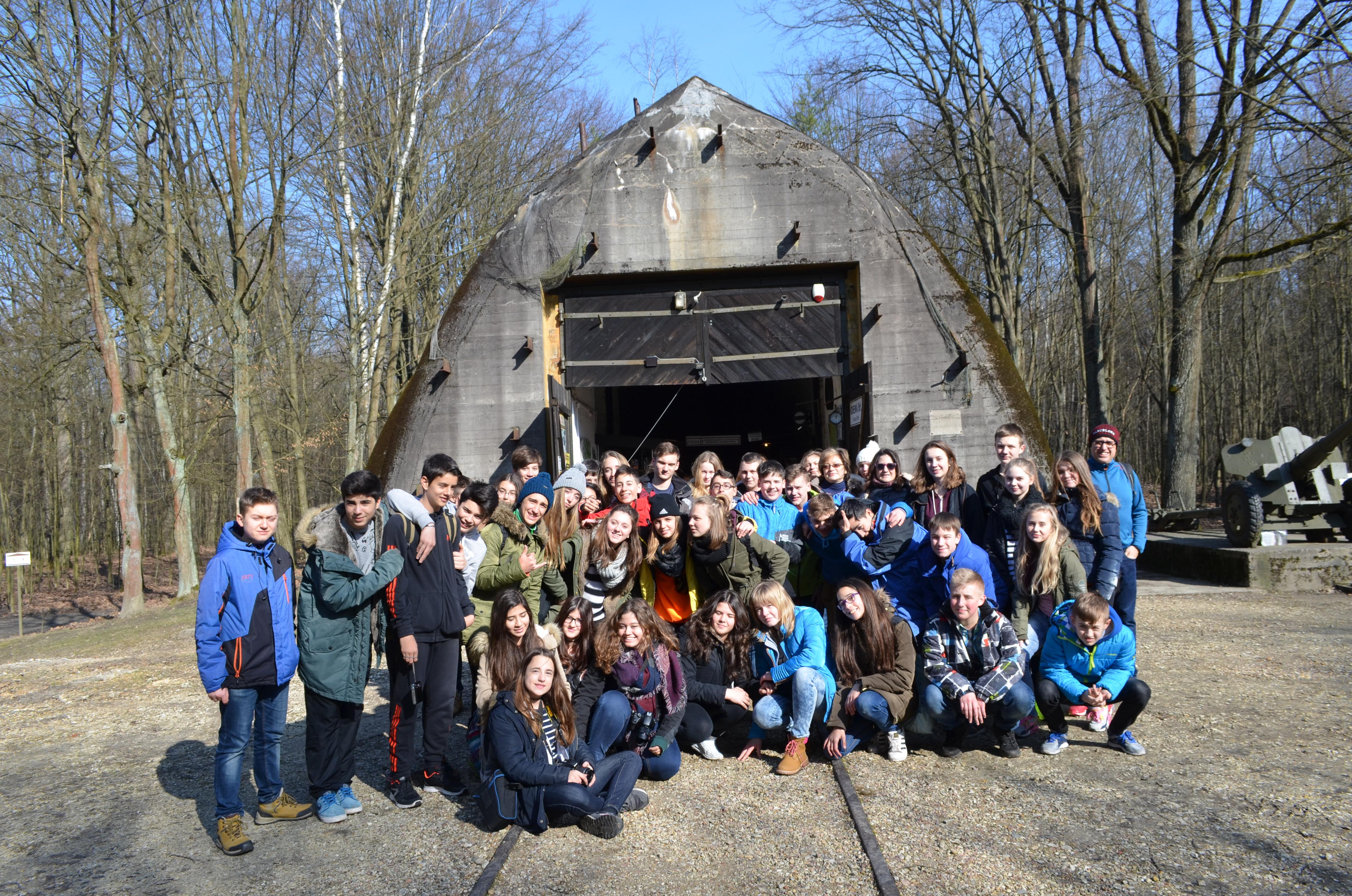 Zdjęcie uczniów biorących udział w projekcie przed bunkrem w Konewce