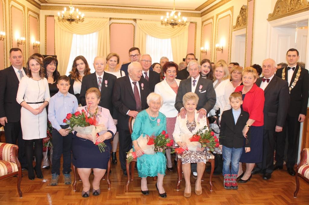 Na zdjęciu jubilaci wraz z rodziną i wiceprezydent Zofią Szymańską
