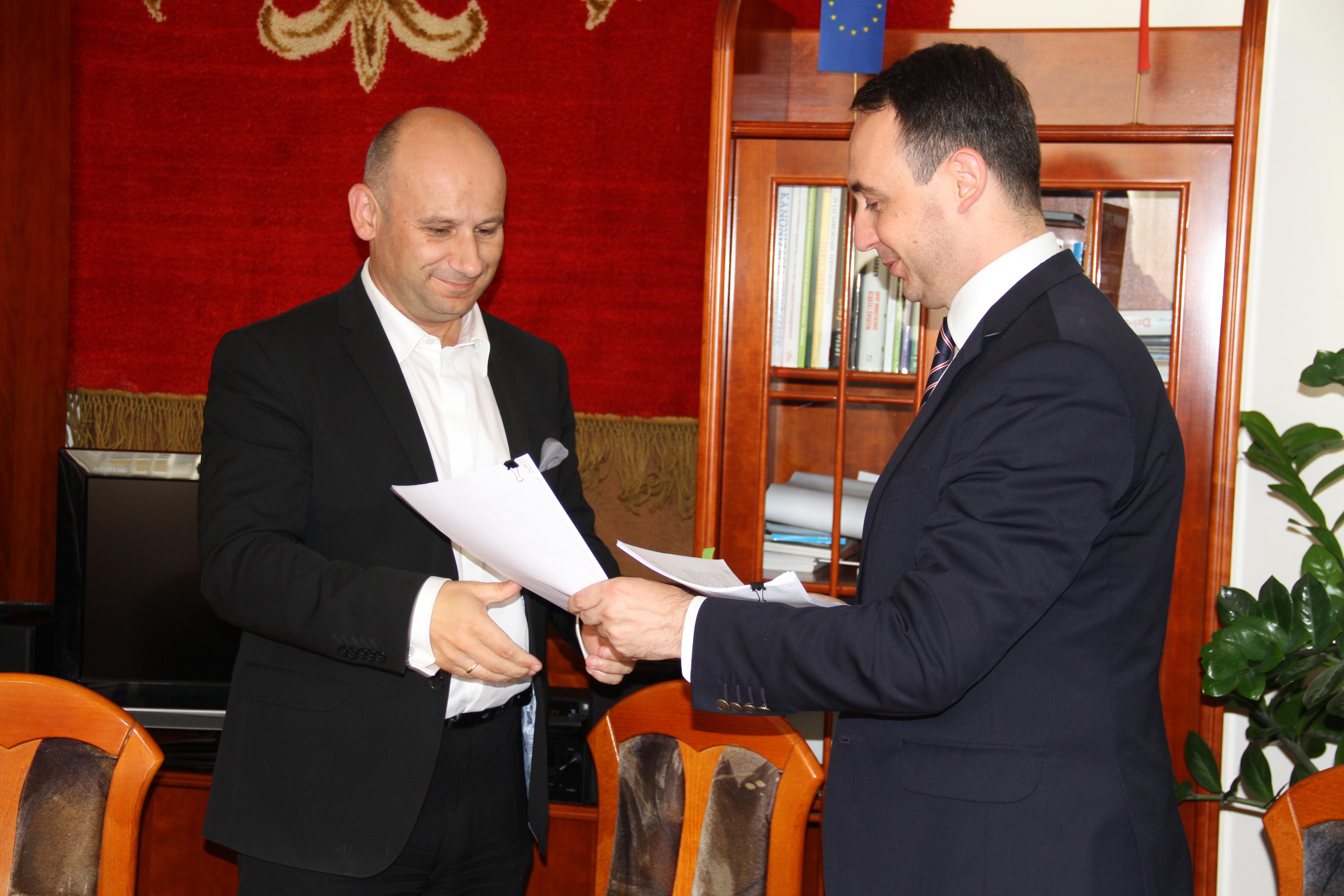 Zdjęcie z podpisania umowy na dofinansowanie