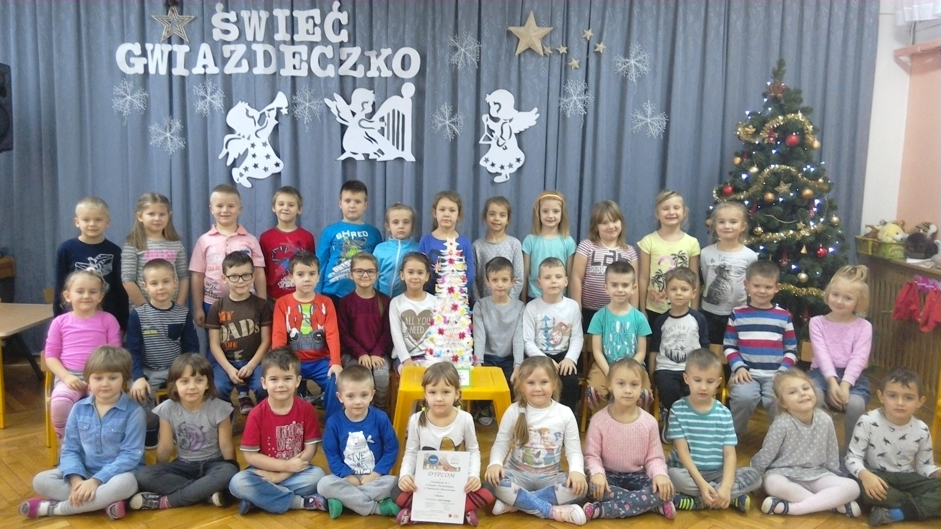 Zdjęcie przedszkolaków z pracą i nagrodą