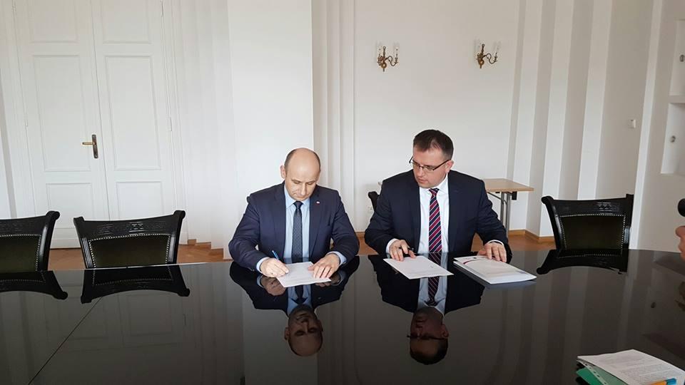 Prezydent Marcin Witko podpisuje porozumienie