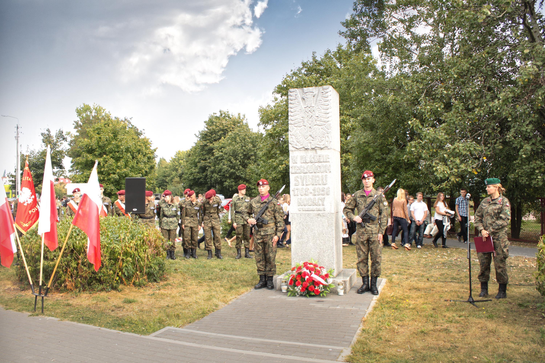 Pomnik przy ul. Jana Pawła II i Wandy Panfil