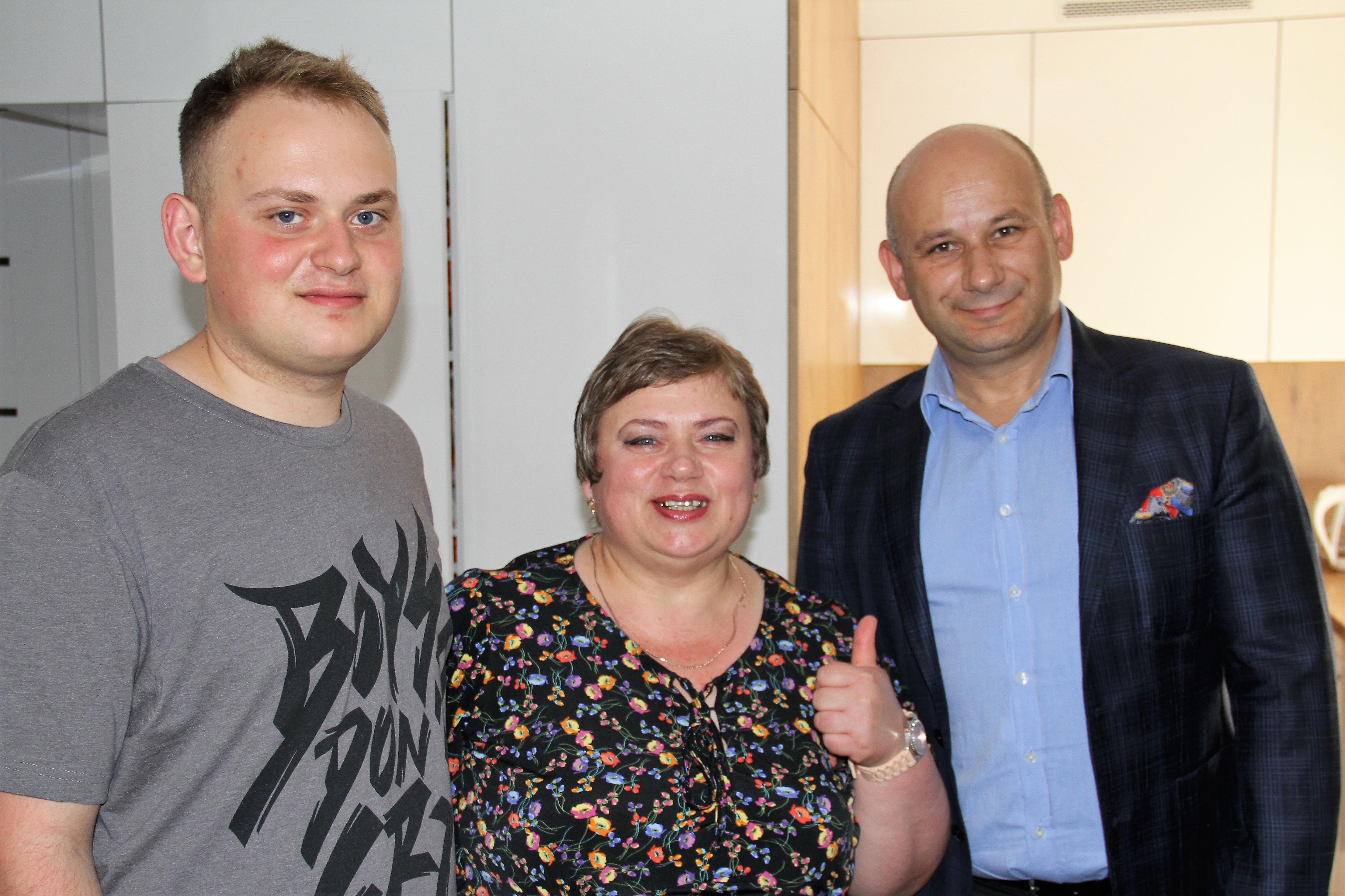 Na zdjęciu prezydent Marcin Witko wraz z nowmi mieszkańcami Tomaszowa