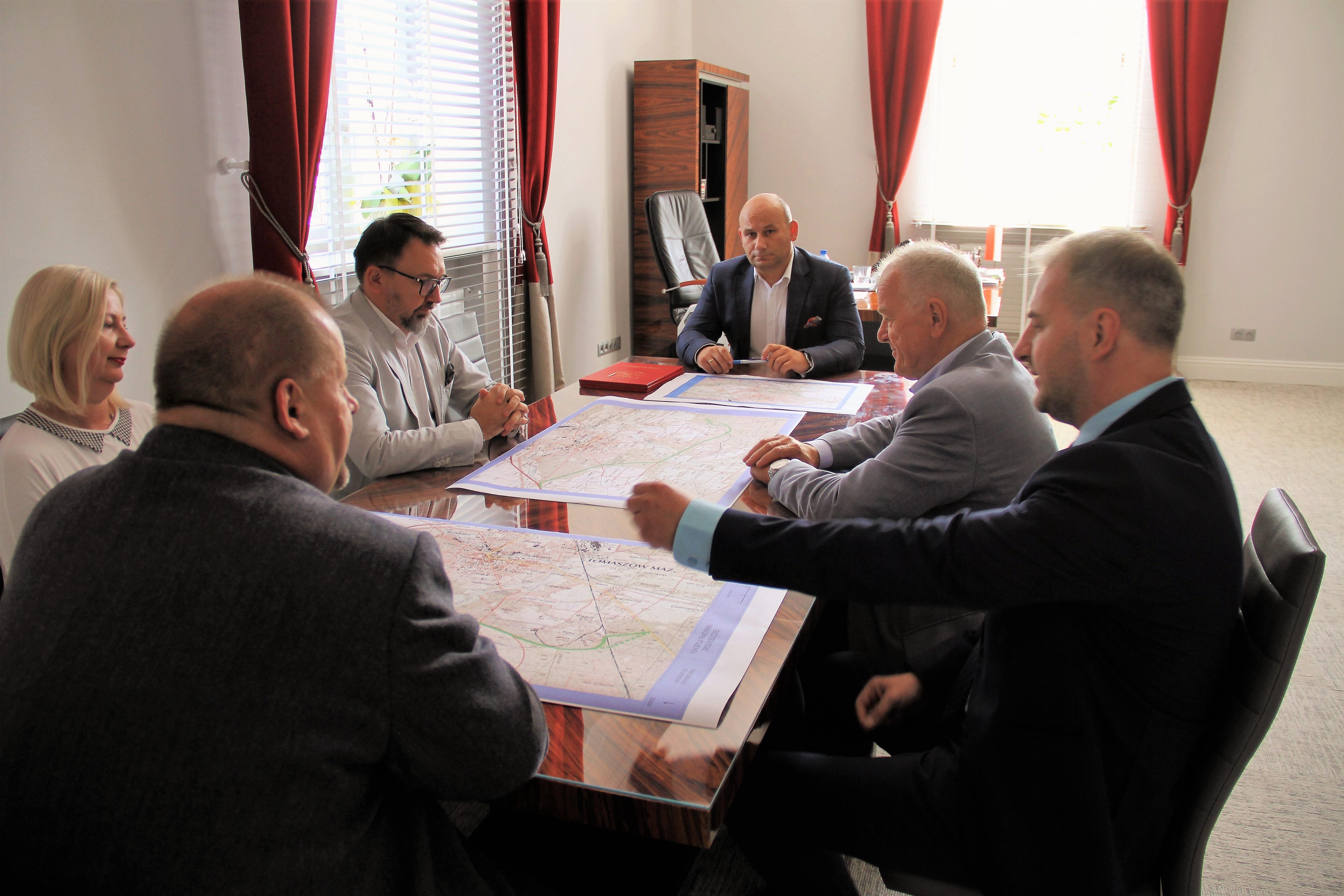Zdjęcie wykonane podczas spotkania dotyczącegi trasowania obwodnicy oraz podpisania listu intencyjnego