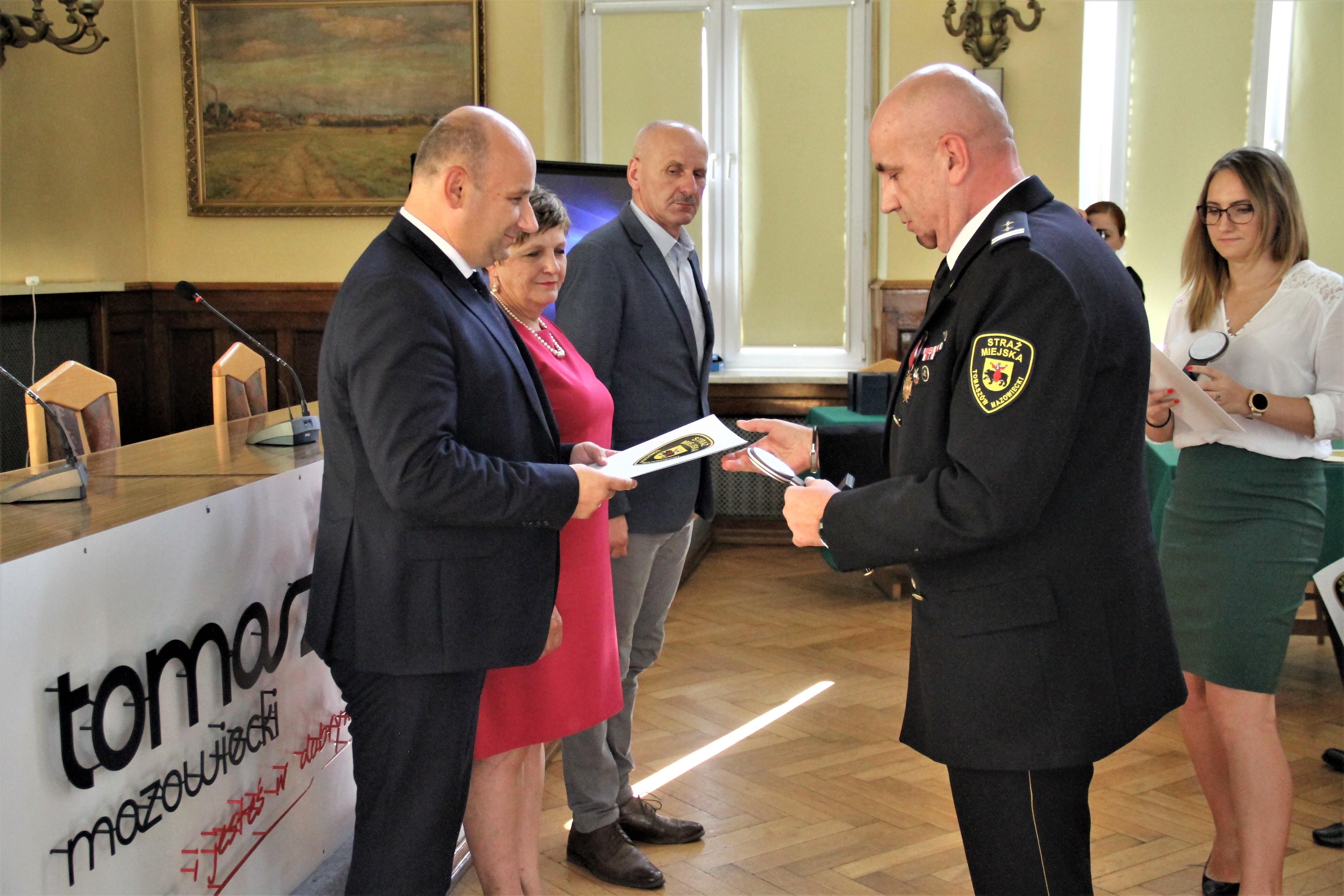 Zdjęcie z uroczystości w Urzędzie Miasta z okazji Święta Straży Miejskie - sierpień 2019