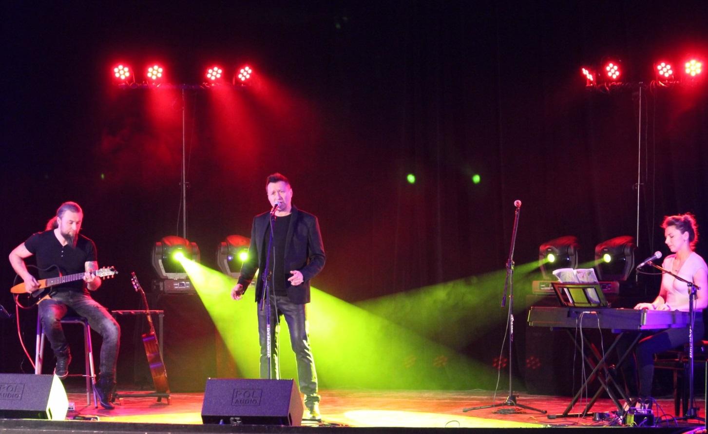 Jacek Kawalec podczas koncertu w Tomaszowie