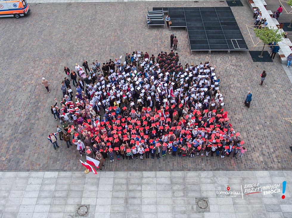 Wspólne zdjęcie zronione na pl. Kościuszki - ludzie ustawieni w kształ flagi z jej barwami