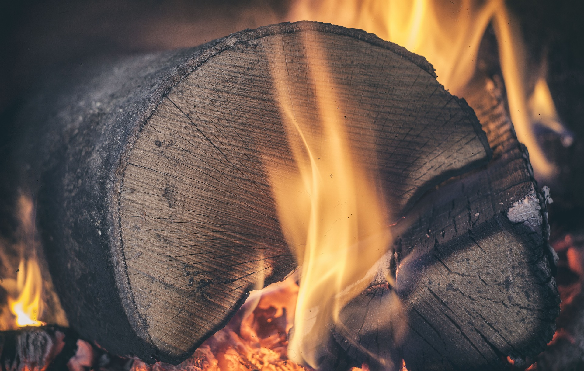 zdjęcie ilustracyjne - palące się drewno