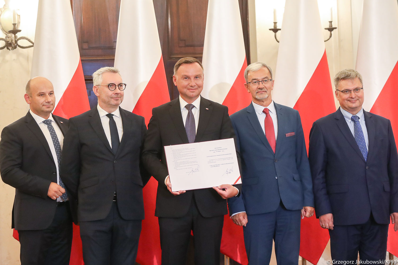 Zdjęcie z podpisania ustawy o cus - sierpien 2019