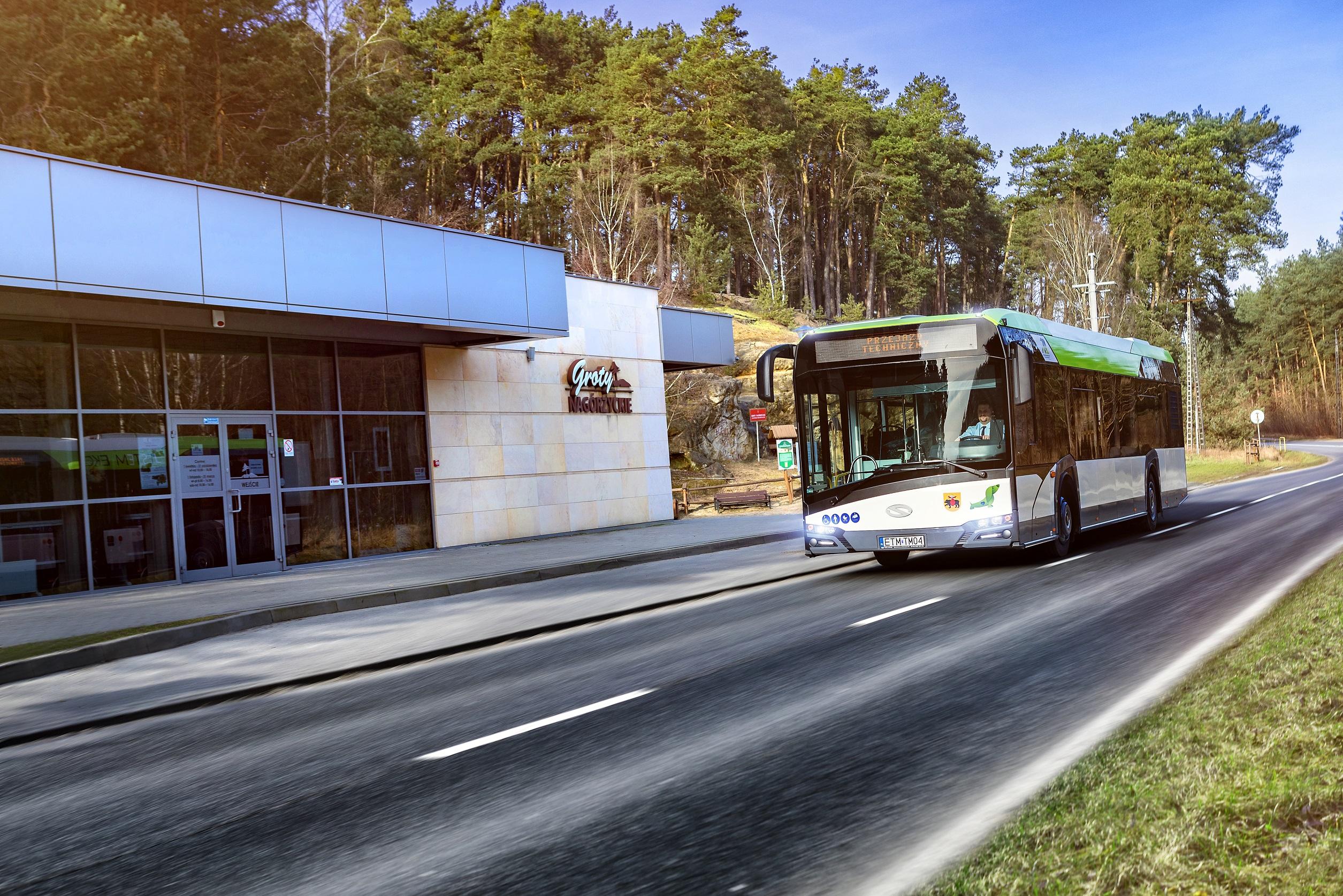 Zdjęcie poglądaowe autobusu hybrydowego na tle Grot Nagórzyckich