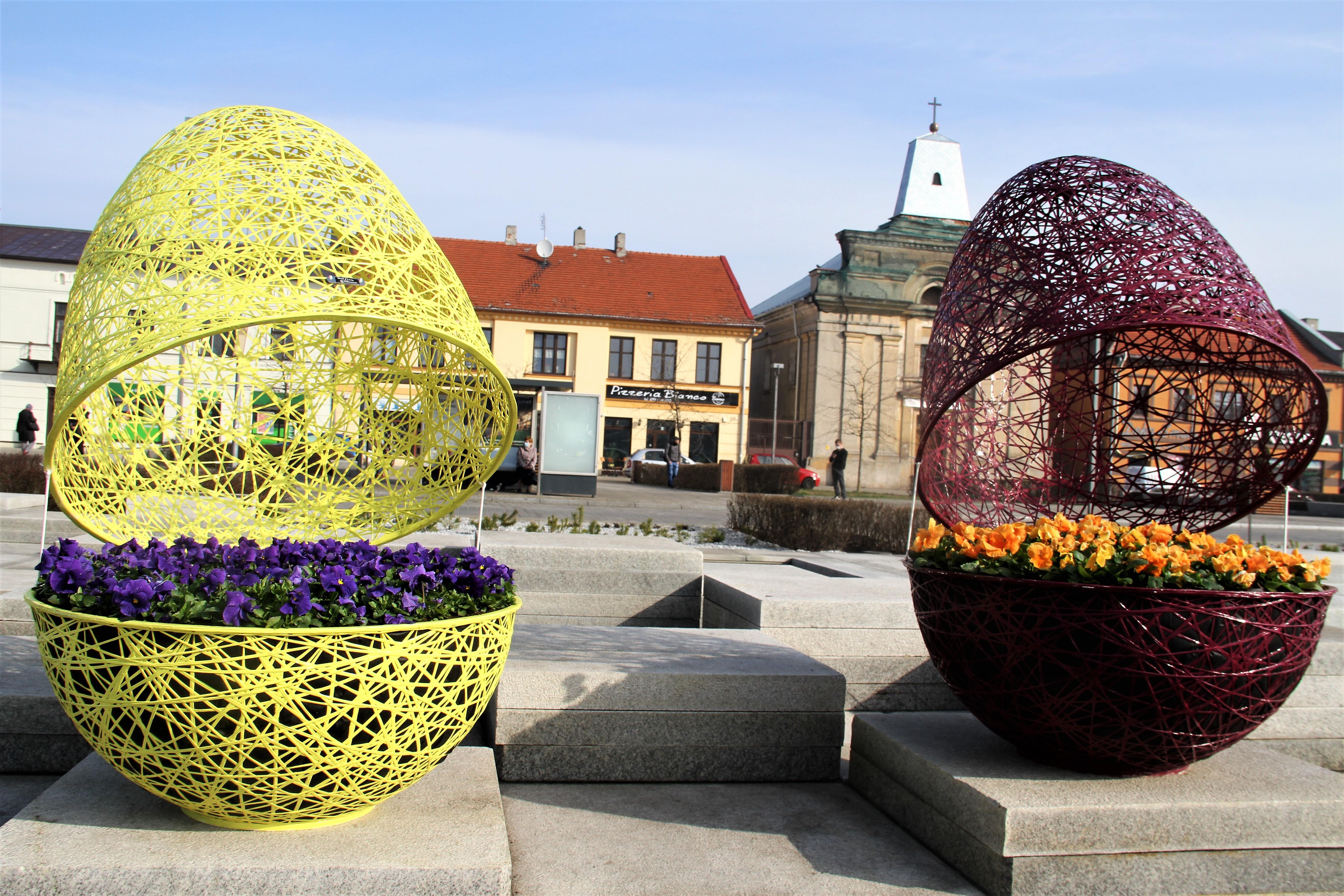 plac kościuszki jajka z kwiatkami w  środku