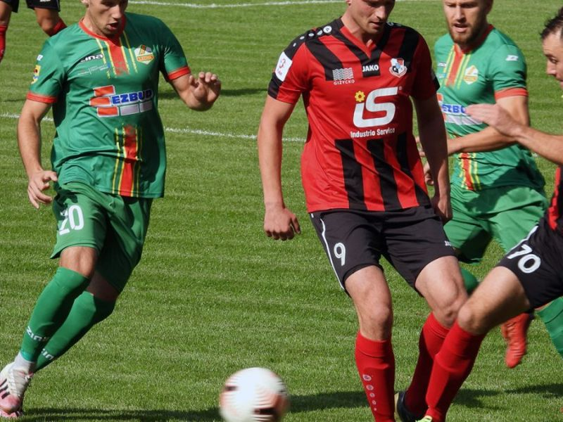 Na zdjęciu mecz Lechii. Piłkarze walczą o piłkę na boisku