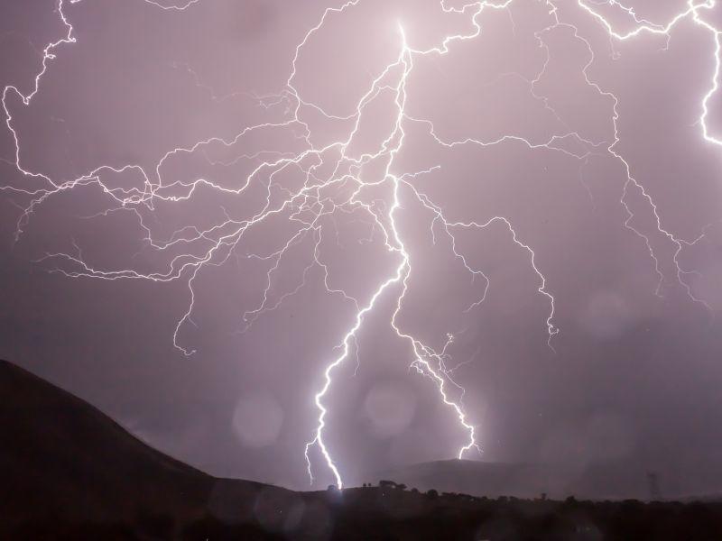 Na zdjęciu burza, błyskawice, ciemne niebo