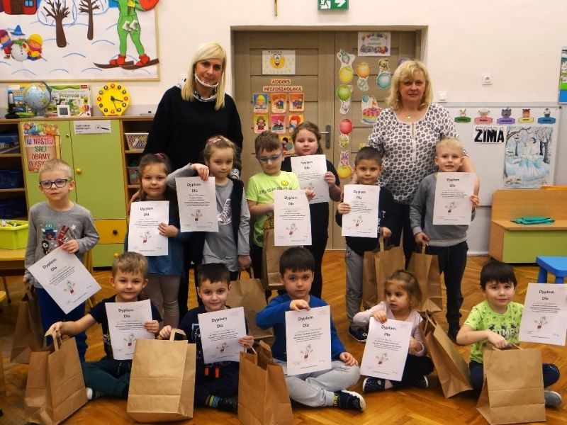 Na zdjęciu przedszkolaki z przedszkola nr 7 w Tomaszowie Mazowieckim z dyplomami programu edukacyjnego o Koziołku Matołku