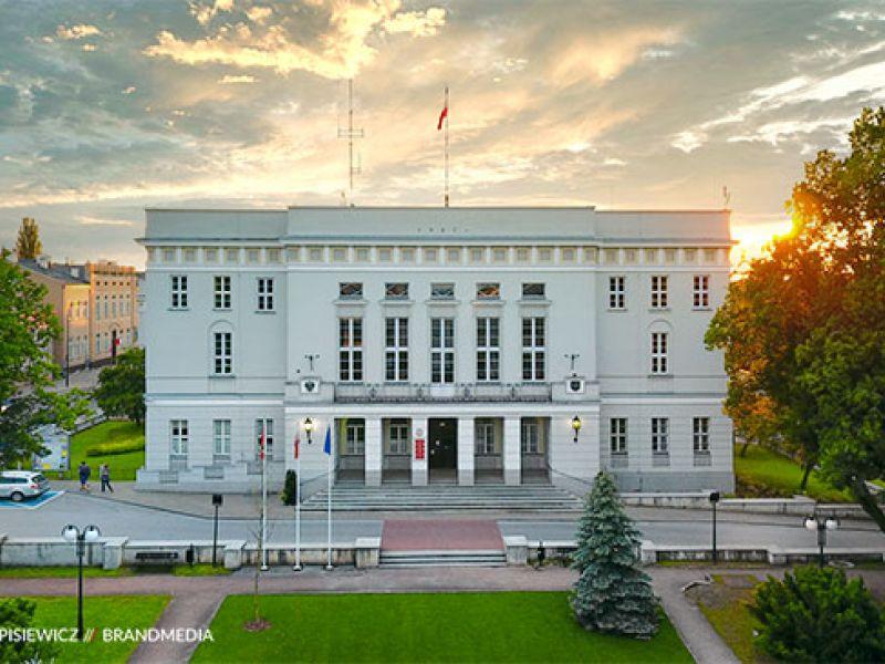 Na zdjęciu gmach Urzędu Miasta w aurze wieczornej