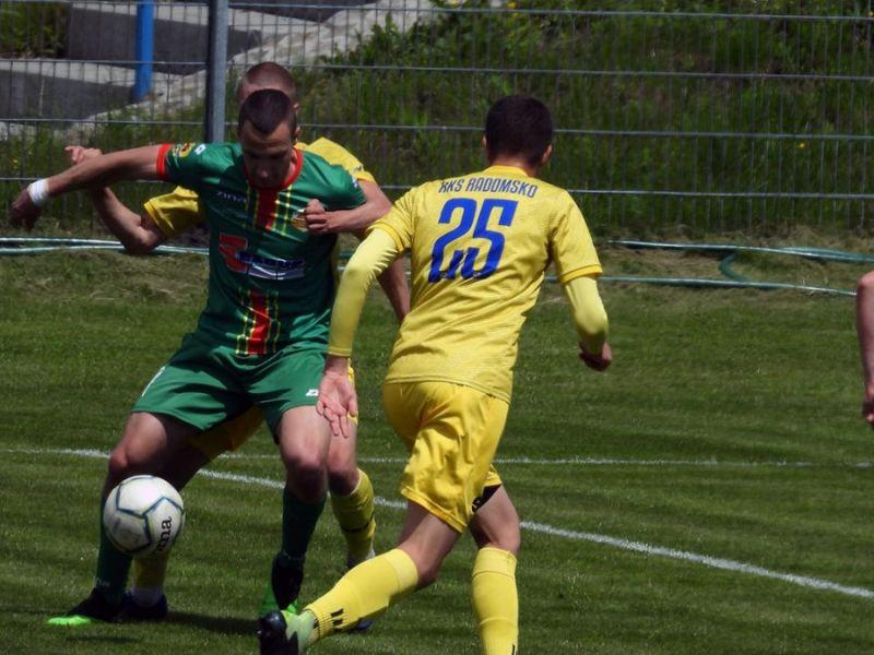 Na zdjęciu piłkarze Lechii podczas walki o piłkę na boisku