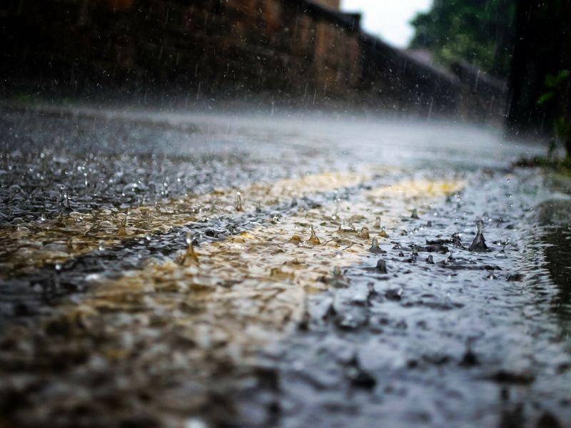 droga na którą pada intensywny deszcz
