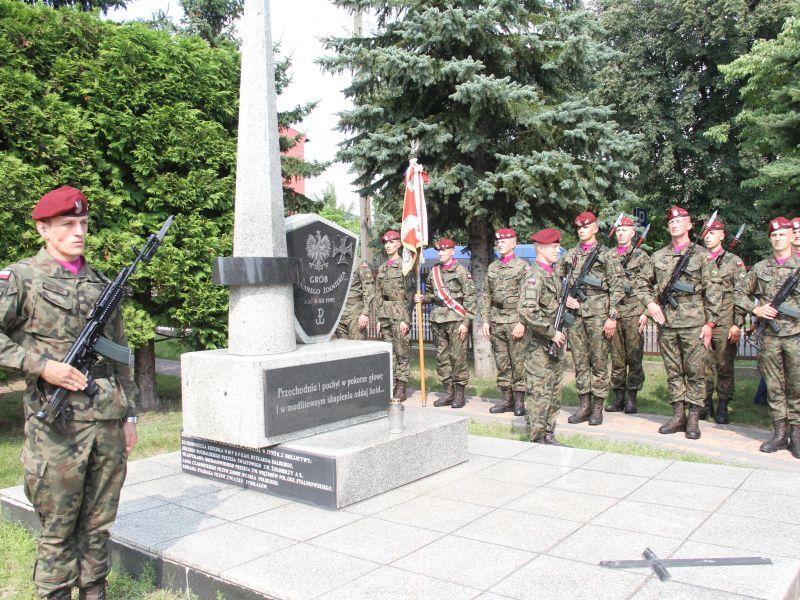 Na zdjęciu Honorowa Warta pod Grobem Nieznanego Żołnierza z okazji 101. rocznicy Bitwy Warszawskiej