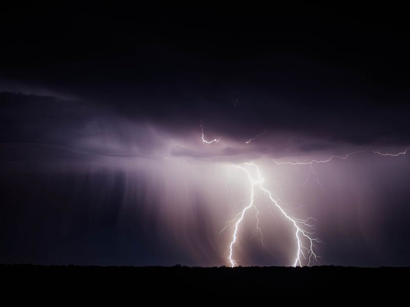 Na zdjęciu burza, ciemne niebo, pioruny