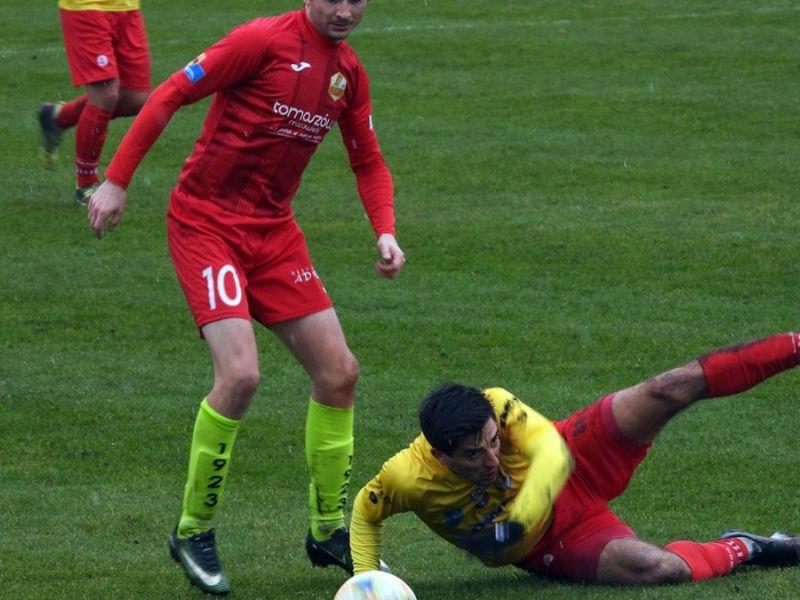 Na zdjęciu fragment meczu piłkatrzy Lechii, dwóch zawodników, jeden leży na murawie, obok piłka