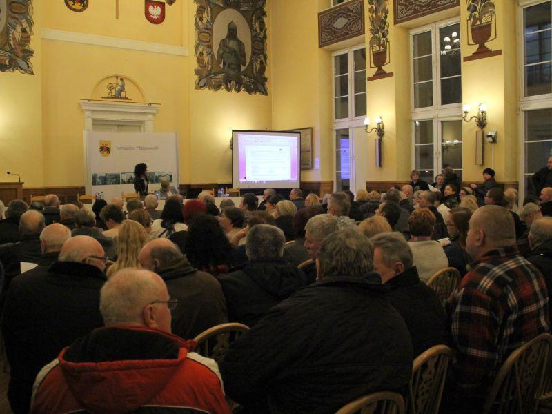 Kilkaset osób na spotkaniu dotyczącym dotacji na wymianę pieców