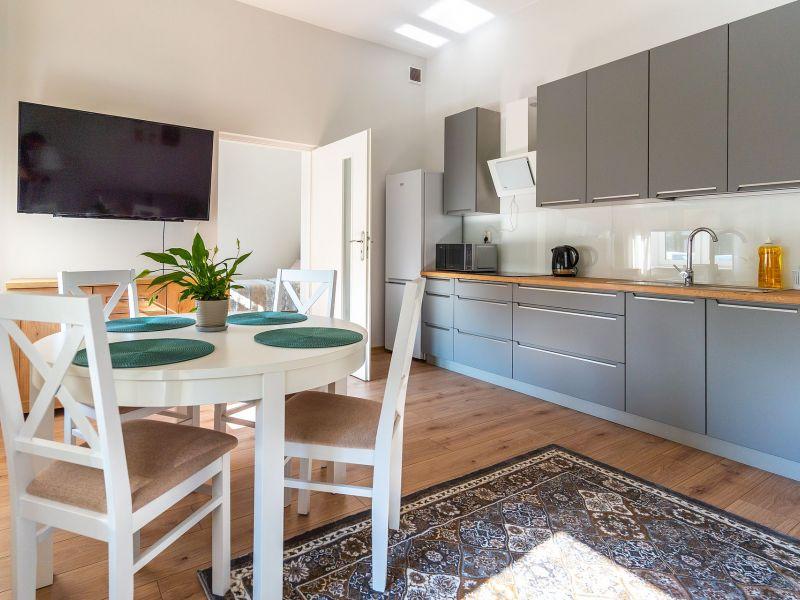 mieszkanie  kuchnia stół  krzesła
