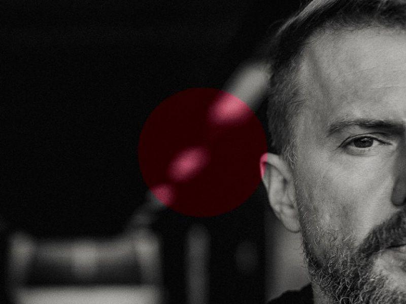 Na zdjęciu baner z reklamą najbnowszej płyty Organka. Na banerze twarz artysty w zbliżeniu