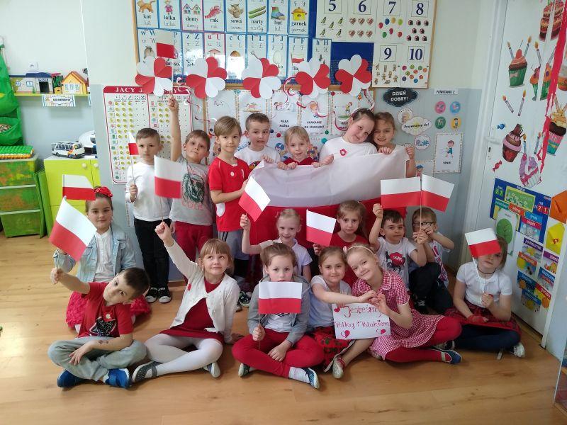 Na zdjęciu przedszkolaki z Przedszkola nr 7 pozujący do zdjęcia z flagami buiało-czerwonymi