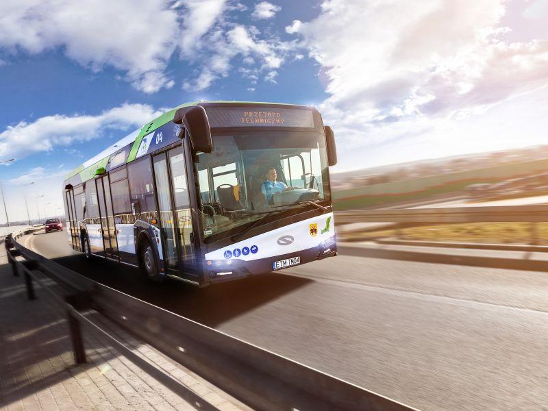 autobus w tle niebo i droga