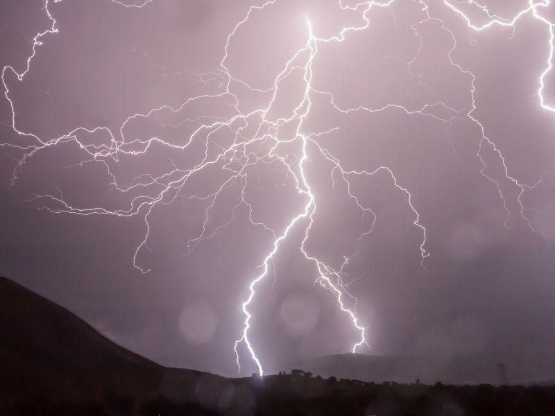 Na zdjęciu burza z piorunami na tle całkowicie zachmurzonego nieba