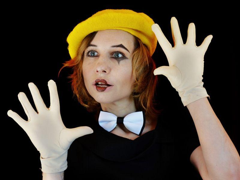 Na zdjęciu aktorka odgrywająca pantonimę w stroju Pierrotta