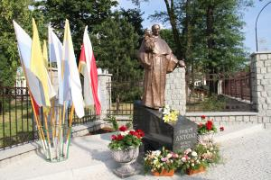 Uroczyste odsłonięcie pomnika św. Antoniego,  patrona miasta i powiatu