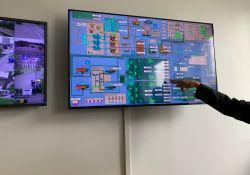 Na zdjęciu widaćekrany monitorów wyświetlające schemat związany z działaniem Klastra Energii. Ekran z siecią powiązań i ikonek