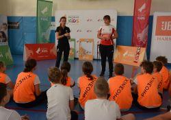 Na zdjęciu uczniowie na sali gimnastycznej w kamizelkach programu Phoenix