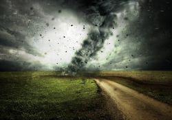 droga polna ciemne niebo i przechodzący cyklon